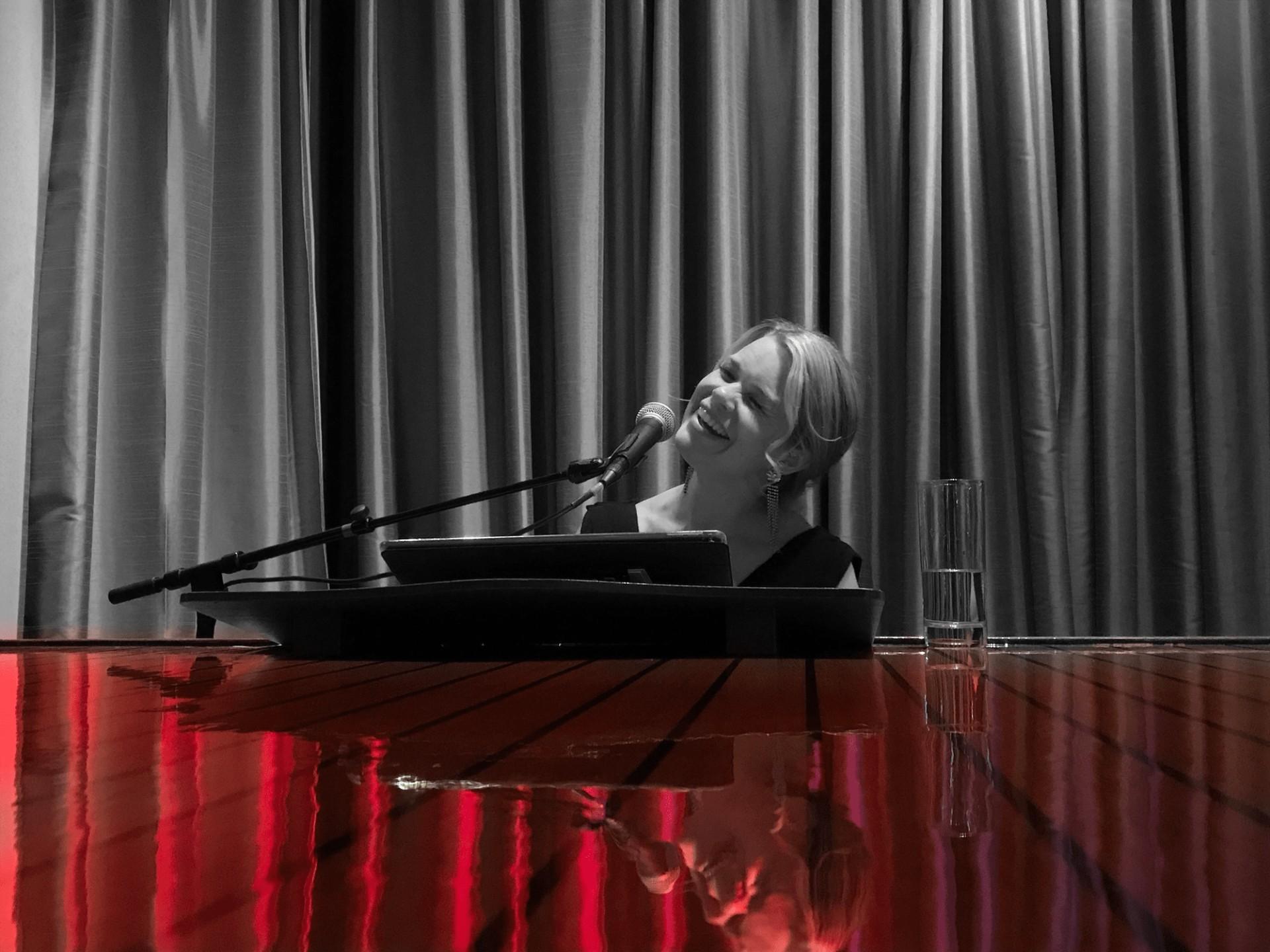 Elin Örebrand sjunger och skriver dopsånger noter